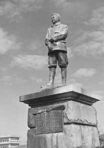 武石浩玻の銅像